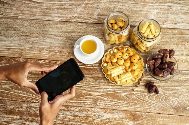 Hand nemen foto van snacks