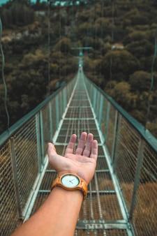 Hand op een brug