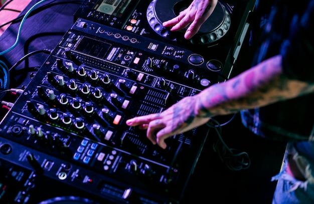 Hand op een geluid mixer station