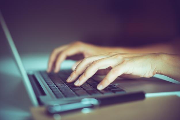 Hand op laptop toetsenbord met schone achtergrond, werk thuis concept