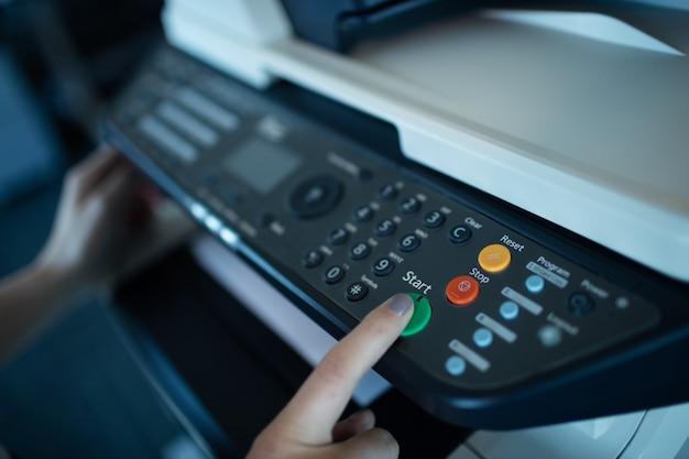 Hand op zakenvrouw met behulp van kopieermachine
