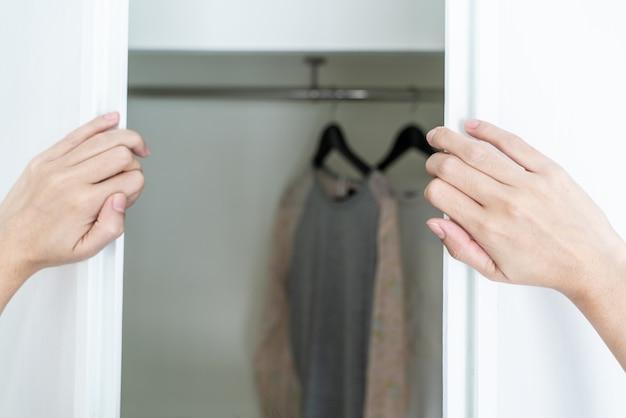 Hand open kledingkast