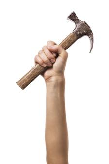 Hand opgewekt houdt een hamer vast geïsoleerd op een witte achtergrond de onafhankelijkheid van vrouwen in het dagelijks leven