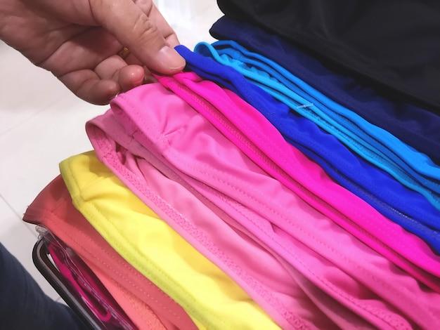 Hand plukken kleurrijke zwembeveiliging caps bij sport store