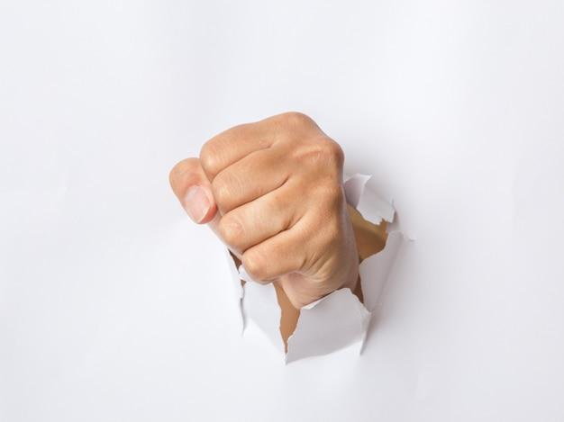 Hand ponsen door het papier