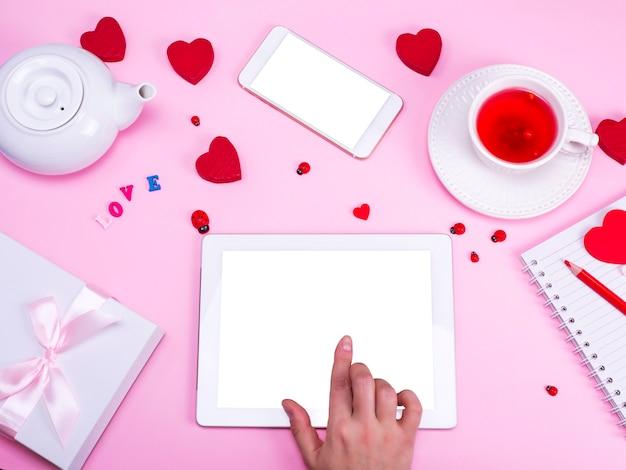 Hand raakt het scherm van een elektronische tablet met een wit scherm