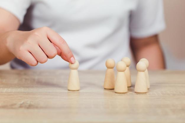 Hand schikken hout blok stapelen met pictogram zakelijke human resources