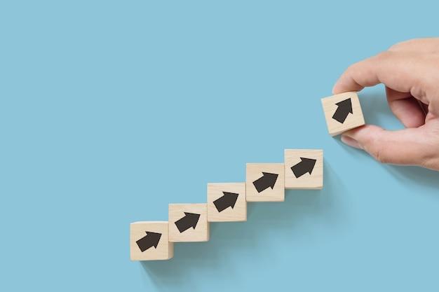 Hand schikken houten blok met pijl omhoog