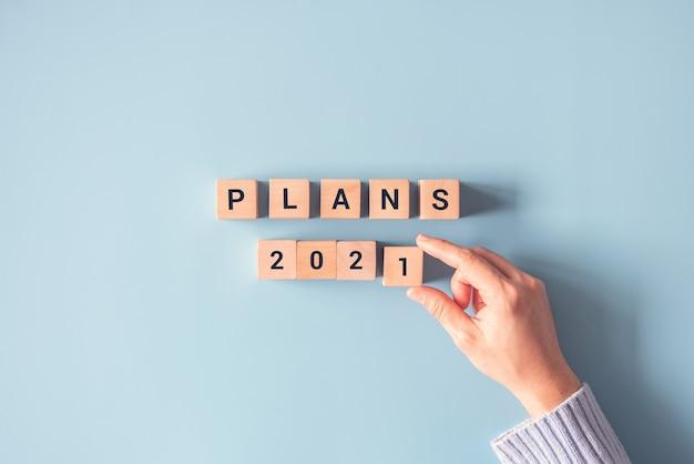 Hand schikken van houten kubus met plannen 2021.