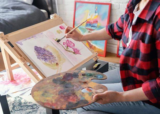 Hand schilderij thuis close-up
