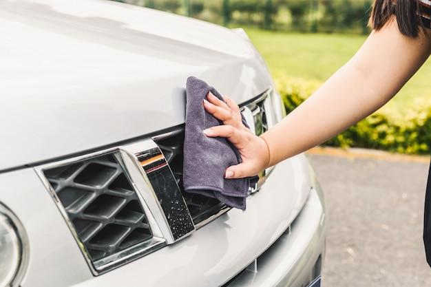 Hand schoonmaken van een auto