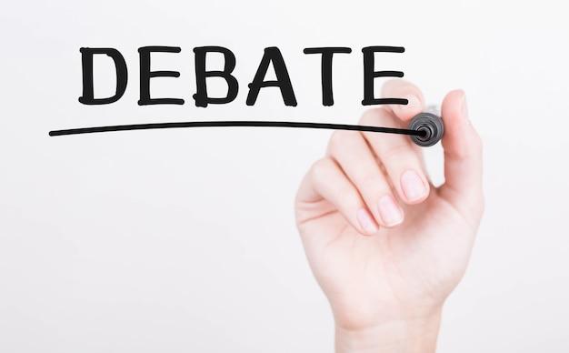 Hand schrijven debat met zwarte marker op transparante wandbord