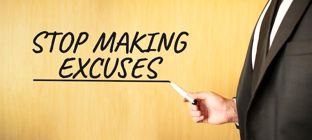 Hand schrijven inscriptie stoppen met het maken van excuses, met marker, bedrijfsconcept