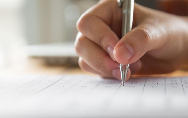 Hand schrijven op een papier met een pen