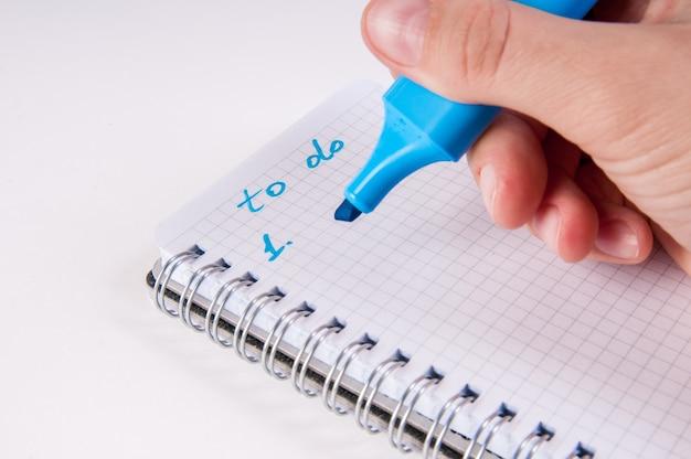 Hand schrijven op lege blocnote,
