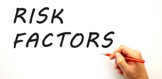 Hand schrijven risicofactoren met pen