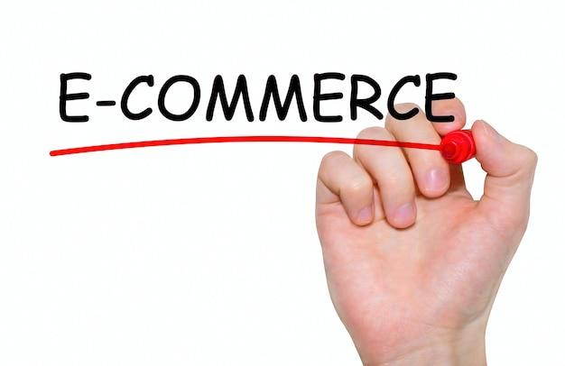 Hand schrijven van e-commerce met rode marker op transparante wandbord.