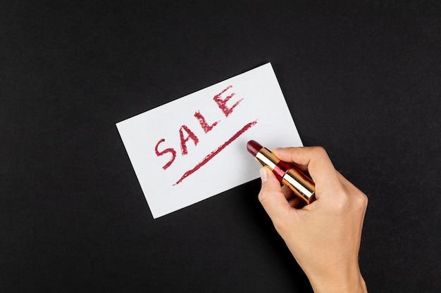 Hand schrijven verkoop met rode lippenstift