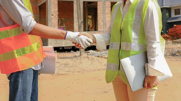 Hand schudden ingenieur aannemer teamvergadering werkplan industrie project op bouw bouwplaats