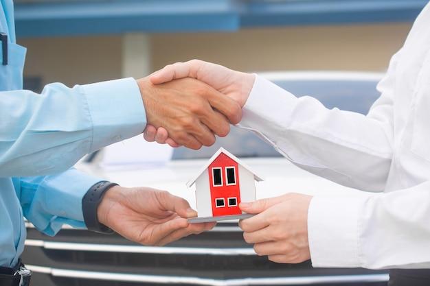 Hand schudden na contract en verkoper huis geven aan klant