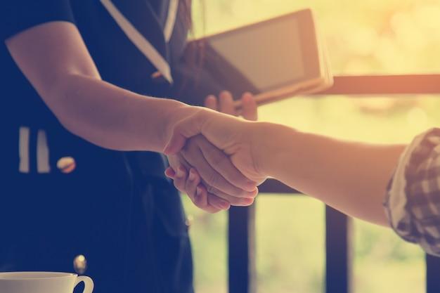 Hand schudden naar succes