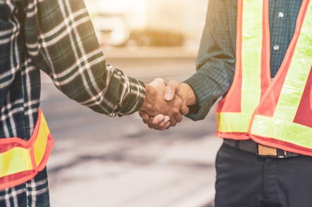 Hand schudden of hand schudden ingenieur partnerschap teamwerk mensen overeenkomst team samenwerking succes volledige projectconstructie