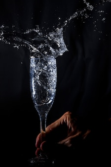 Hand schudden van een glas met water