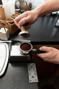 Hand slijpen koffie close-up