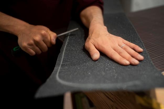 Hand snijden grip tape close-up
