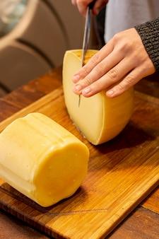 Hand snijden heerlijke kaas