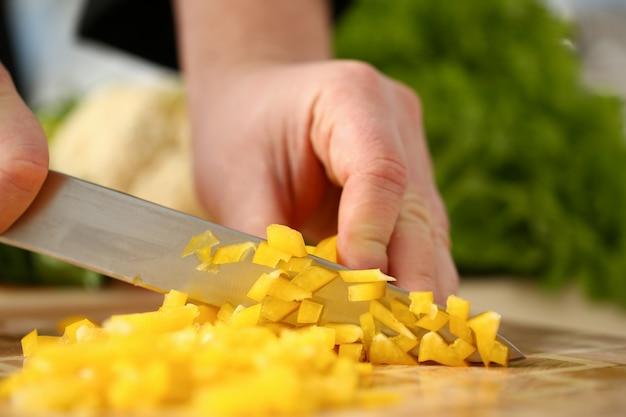 Hand snijden peper bel