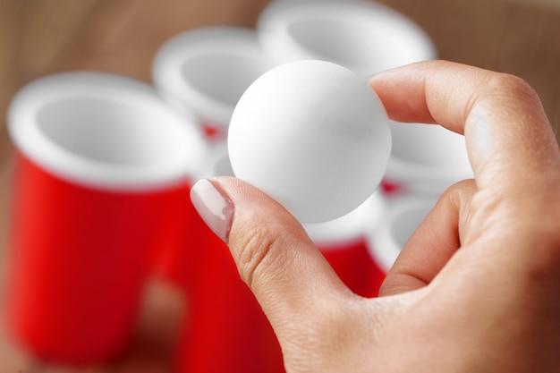 Hand spelen bier pong