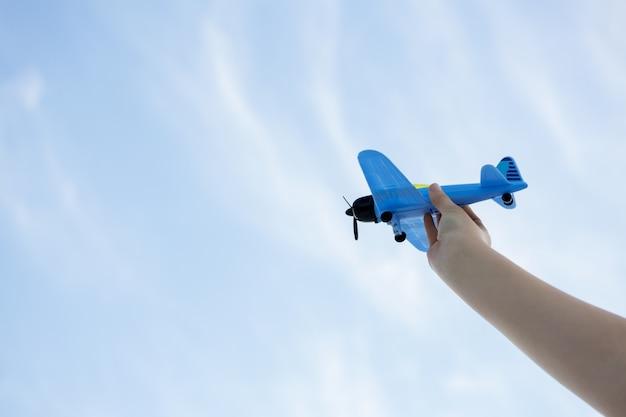 Hand spelen met speelgoed vliegtuig