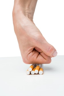 Hand squashende partij van sigaretten