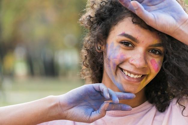 Hand stellende vrouw bij festival