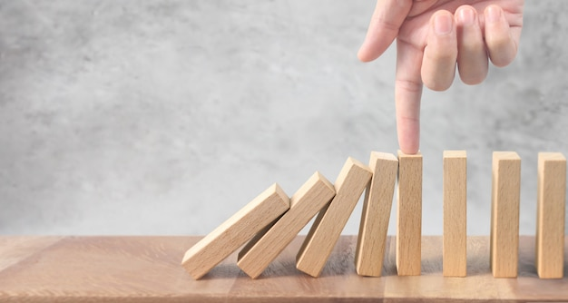 Hand stoppen domino-effect gestopt door uniek