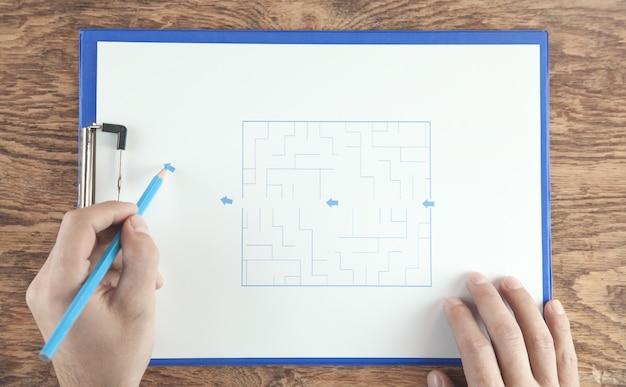 Hand tekenen labyrint en pijlen. bovenaanzicht