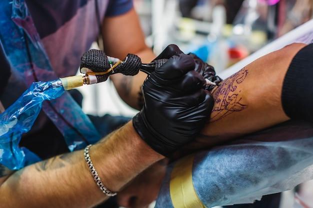 Hand tekenen tatoeage met naald