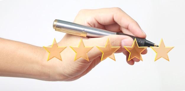 Hand tekenen vijf sterren. evaluatie- en reviewconcepten