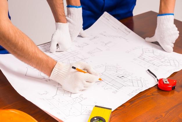 Hand tekent een plan voor een nieuw appartement.
