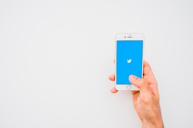 Hand, telefoon, twitter app en kopieer ruimte