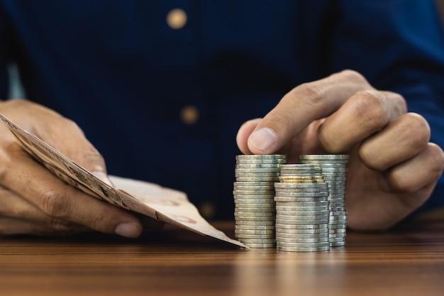 Hand tellen geld munten stapel zakelijke financiën