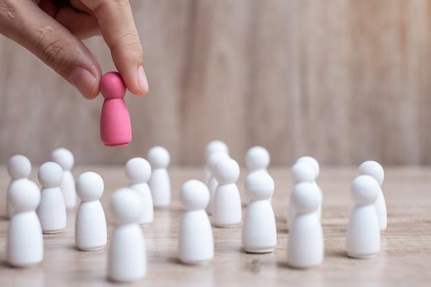 Hand trekken lady roze leider houten van menigte van werknemers.