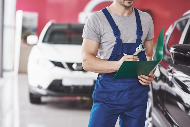 Hand van automonteur met moersleutel. auto reparatie garage.