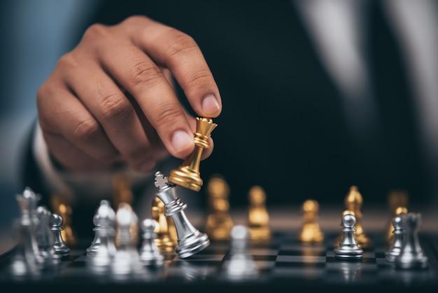 Hand van cijfer van het zakenman het bewegende schaak in het spel van het de concurrentiesucces. strategie, management of leiderschap concept