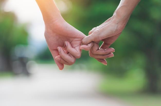 Hand van dame en jongere dame bij elkaar te houden