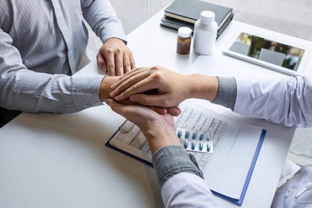 Hand van de arts die de patiënt aanraakt, geruststellend voor aanmoediging en empathie om te ondersteunen tijdens medisch onderzoek in het ziekenhuis.
