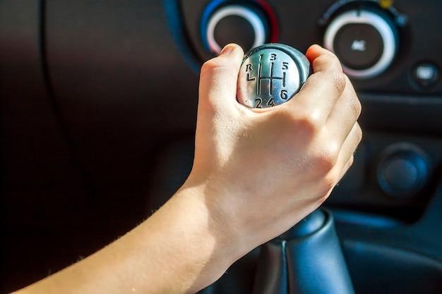 Hand van de bestuurder de versnellingspook handmatig schakelen, selectieve focus