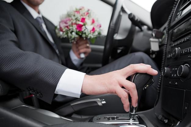 Hand van de bestuurder van de auto