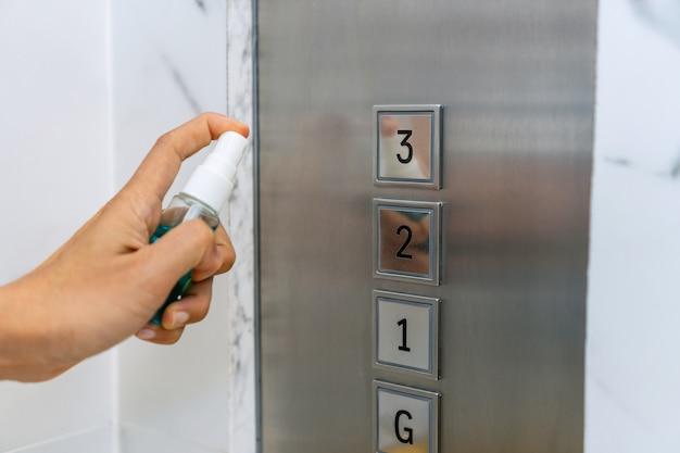 Hand van de drukknop van de vrouwen bespuitende lift